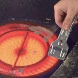 Прибор за почистване на керамични котлони