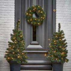 Коледен комплект за входна врата - 2 изкуствени елхи и 1 венец с LED осветление